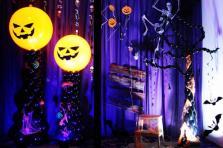 Оформление шарами витрины на Хэллоуин