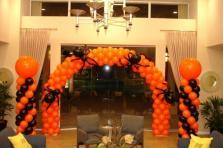 Арка из воздушных шаров с пауками на Хэллоуин