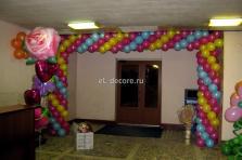 Арка из шаров перед входом