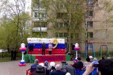 Оформление воздушными шарами сцены. 2 колонны