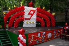 Оформление сцены шарами к 9 мая.