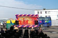 Оформление воздушными шарами сцены к Дню Победы