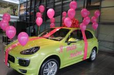 Украшение большим малиновым бантом и шарами Porsche Cayenne в подарок. Порше Центр Ясенево