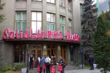 Название компании из воздушных шаров на фасаде здания
