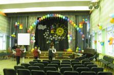 Выпускной в начальной школе. Украсили сцену воздушными шарами