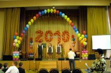 Оформление сцены шарами на последний звонок