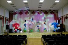 оформление воздушными шарами сцены для вручения наград