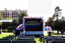 Оформление воздушными шарами сцены в парке