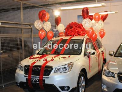 Оформление автомобиля красным бантом и шарами