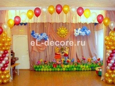 Украшение шарами сцены в садике