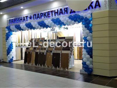 Оформление магазина в бело-синем цвете.