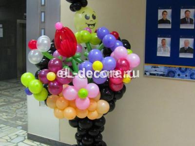 Джентльмен встречает сотрудниц с огромным букетом ромашек из шаров воздушных