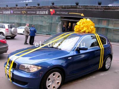 Жёлтый бант на автомобиль
