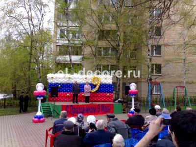 Оформление сцены воздушными шарами на 9 Мая. 2 колонны