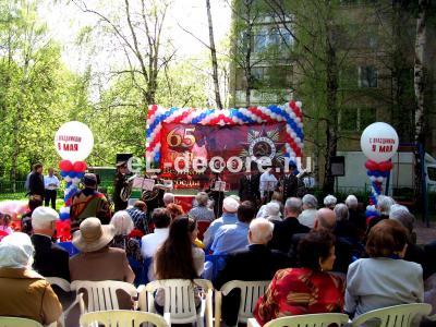 Гирлянда из воздушных шаров на сцене к Дню Победы