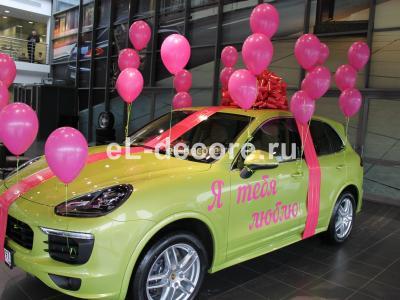 Большой малиновый бант и шары для Porsche Cayenne.