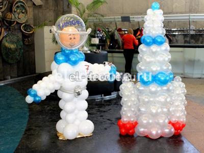Космонавт с ракетой из воздушных шаров на день рождения в музее Космонавтики