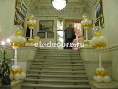 Оформление колоннами из шаров лестницы