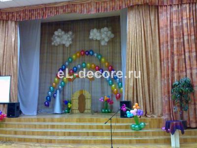 Оформление сцены шарами на Выпускной в третьем классе