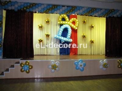 колокольчик из воздушных шаров и оформление сцены