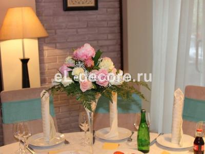 Цветы в высоких мартинницах на столы гостей