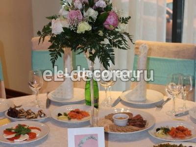 Цветочная композиция в вазе на столы гостей