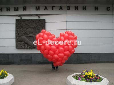 Запуск воздушных шариков из сетки в форме сердца