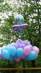 Оформление воздушными шарами у роддома. Необычно поздравили молодую маму с рождением малышки