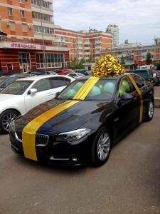 """Оформление машины большим золотым бантом """"GOLD"""""""